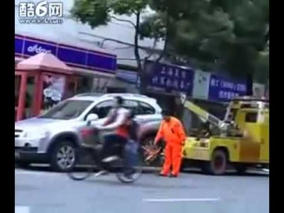 Unexpected reaction by Chinese Lady angry that her Car is going to get Towed