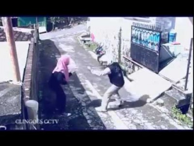 FAIL: Man on a Motorbike snatches Bag from a Woman and Runs away