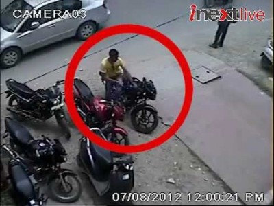 Live Video of Thief stealing Bike from Bareilly Market, India
