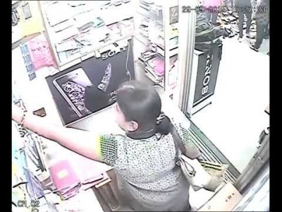 Lady steals an iPhone and walks Away
